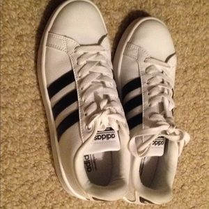 Women's NWOT adidas size 6. Perfect condition.